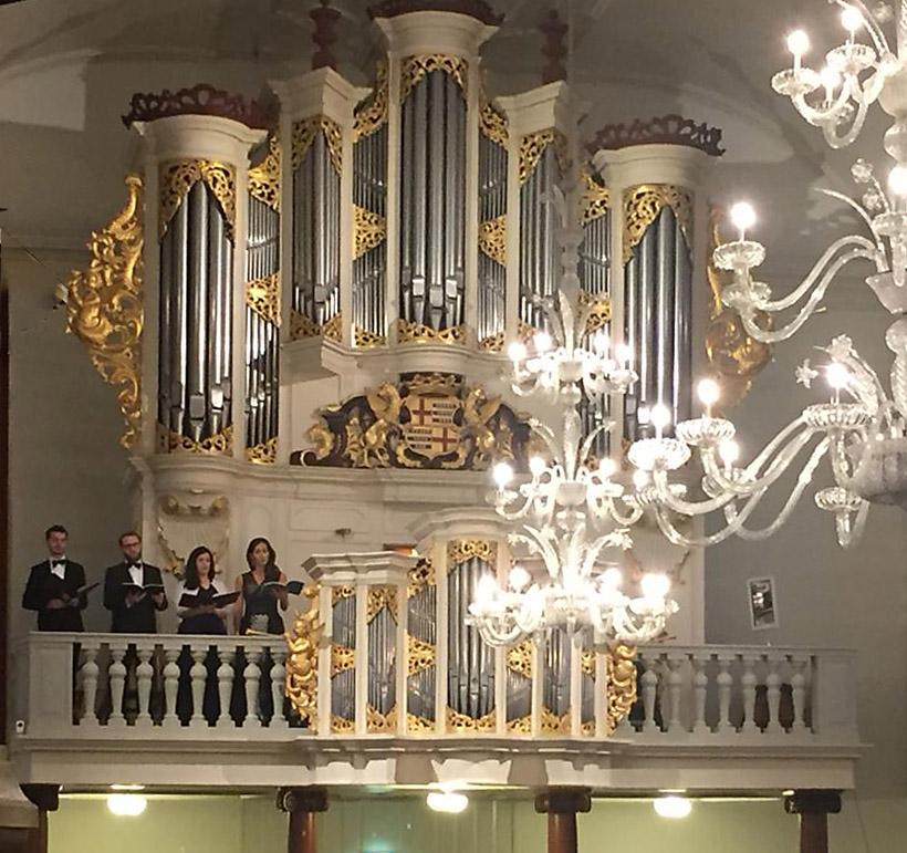 Vier solisten zingen bij het orgel